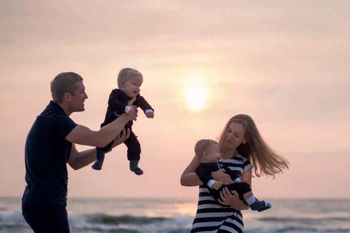 Šeimos fotosesija su saulėlydžiu prie jūros