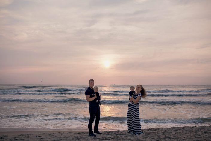 Šeima fotosesijoje įamžinti jūros peizaže
