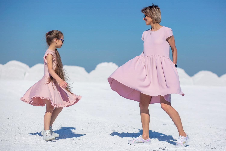Mama su dukra šoka per šeimos fotosesija Kėdainių alpėse