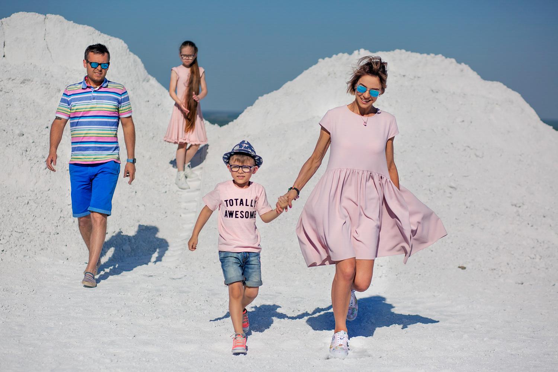 Šeima su vaikais Kėdainių alpėse fotografuojasi