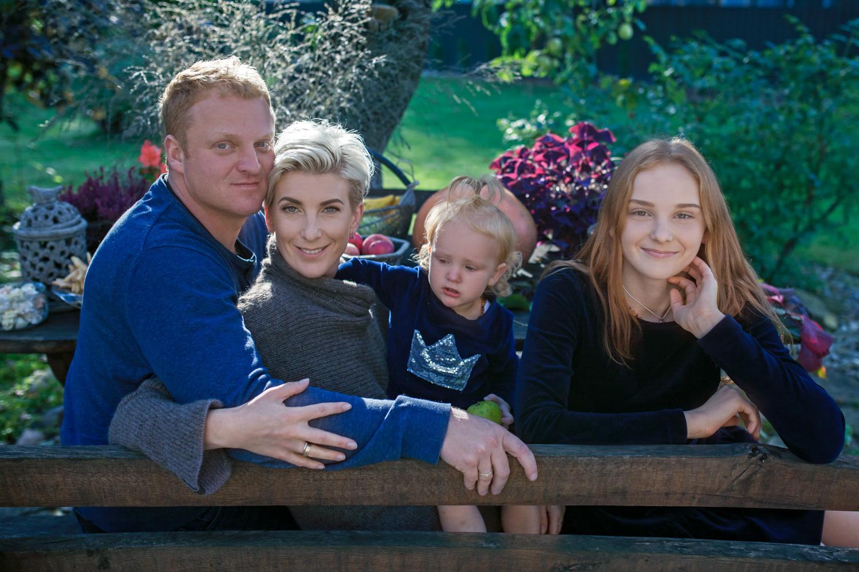 šeimos fotosesija rudenį su rudens gėrybėmis
