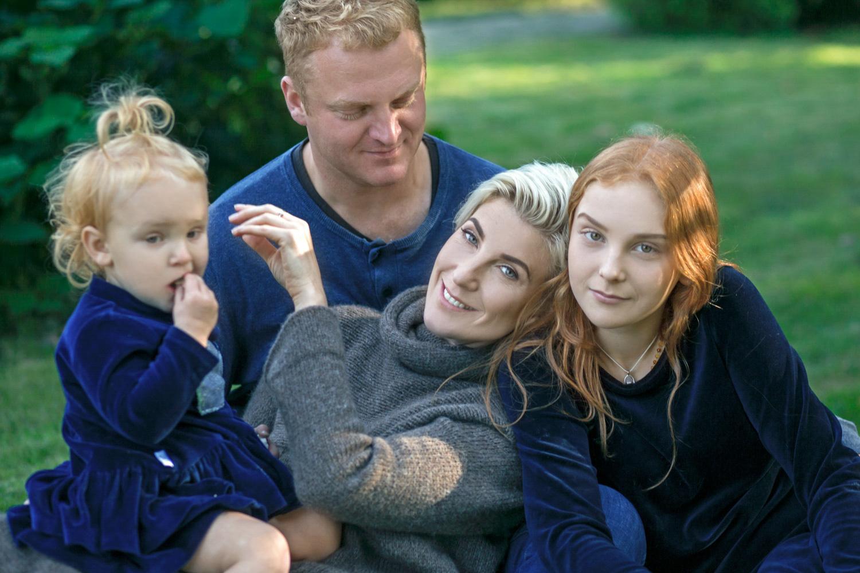 šeimos rudens fotosesijoje guli ant pievos