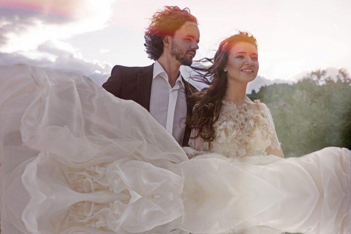 Vestuvių fotografas fotografuoja nuotakos skraidančia suknelę