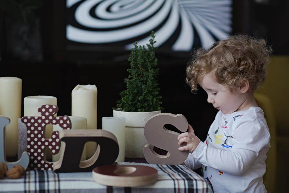 berniukas delioja kalėdines raides
