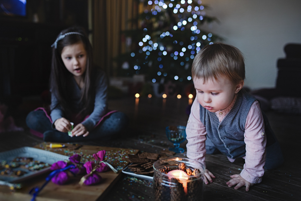 kūdikis pučia Kalėdinę žvakę