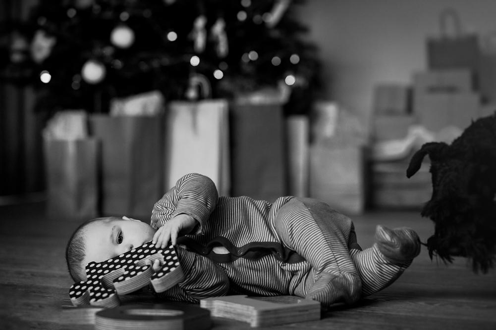 kūdikis tyrinėja Kalėdines raides