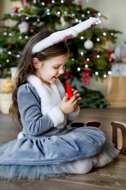 mergaitė apsivilkusi zuikutės kostiumą per Kaledinę fotosesiją