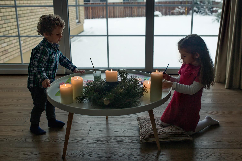 Vaikai piešia Kalėdinius atvirukus