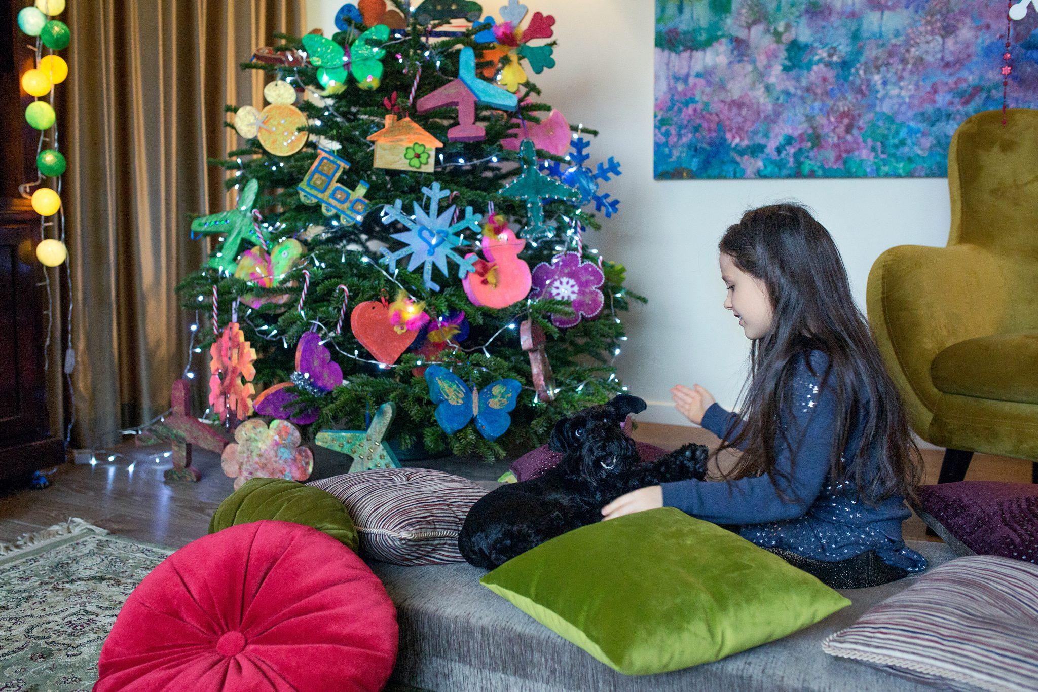 mergaitė žaidžia su šuniuku Kalėdinėje fotosesijoje studijoje