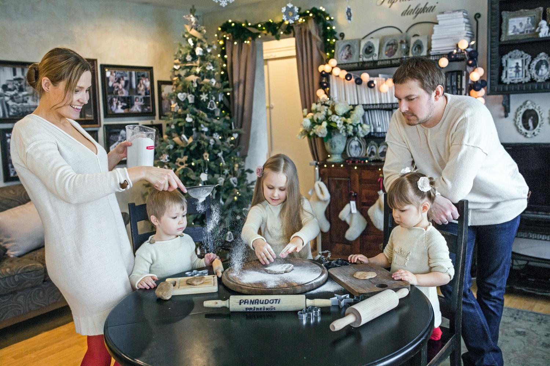 Kalėdinė šeimos fotosesija - meduolių gamyba namuose