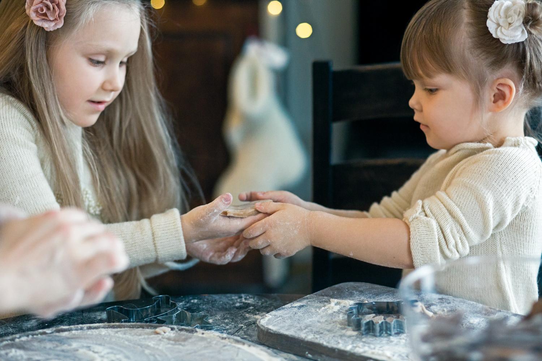 Mergaitės dalinasi Kalėdiniu sausainiu