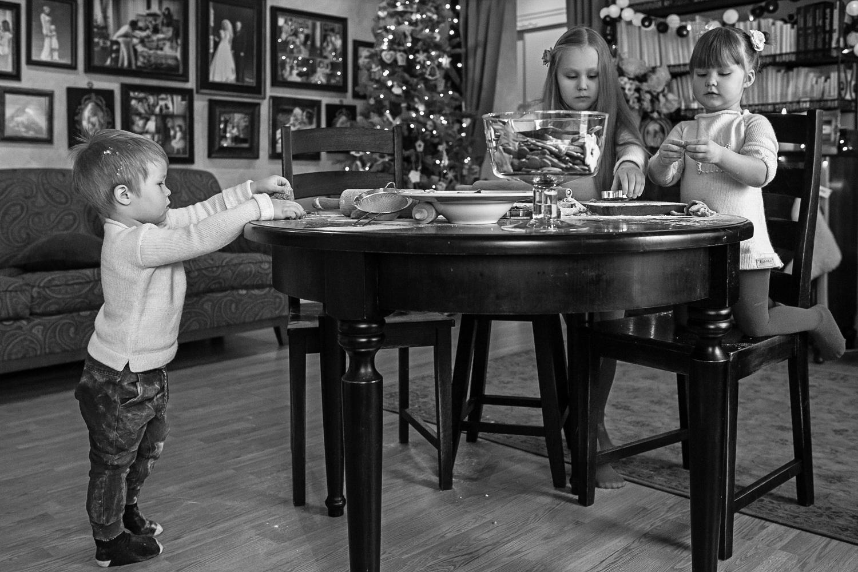 Kalėdinė šeimos fotosesija - vaikai gamina sausainius