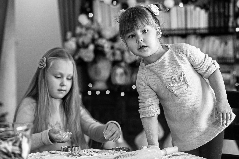 Mergaitės formuoja sausainius per Kalėdinę šeimos fotosesiją