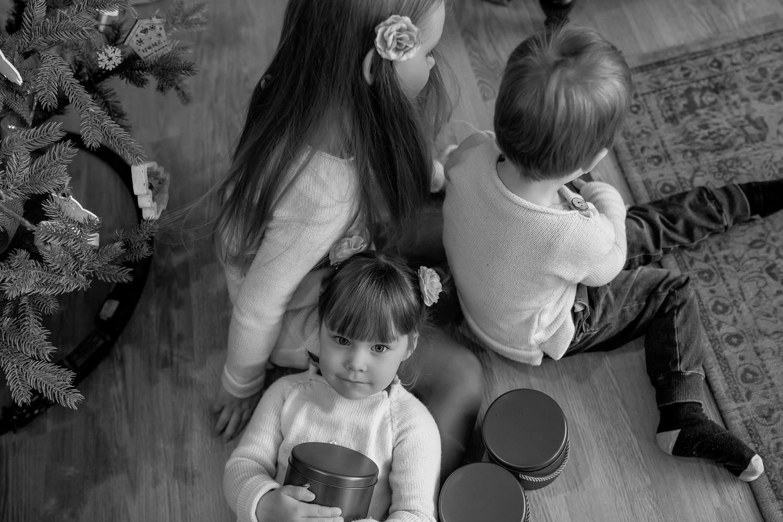 Vaikai fotografuojasi prie Kalėdų eglės