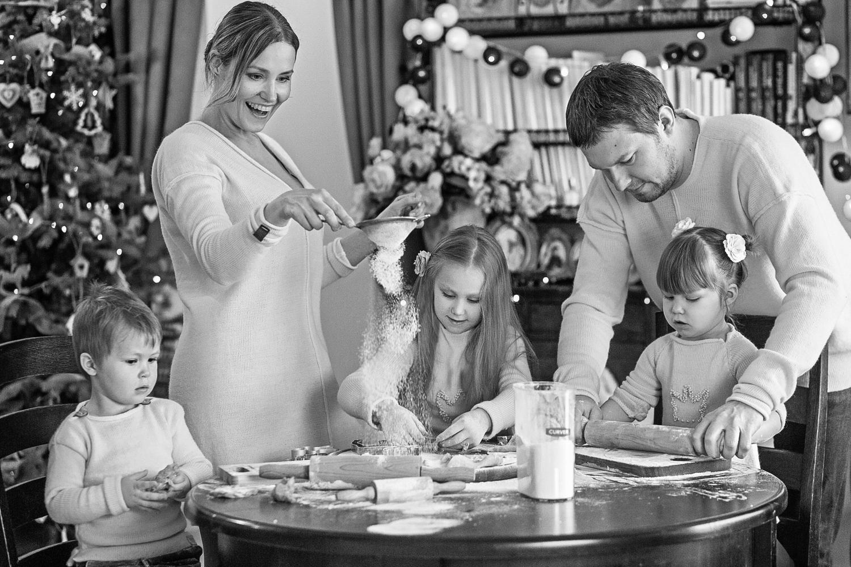 Šeima sijoja miltus Kalėdiniams sausainiams
