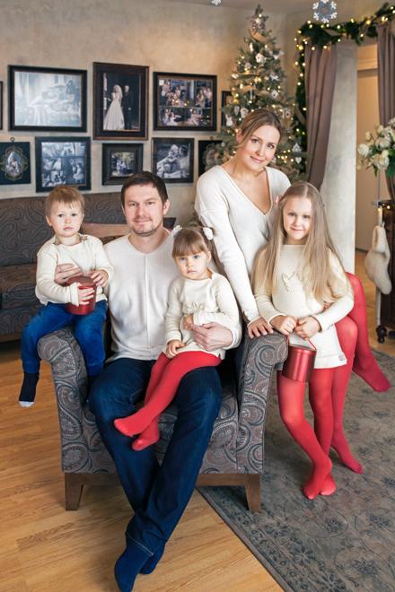 Kalėdinė šeimos fotosesija namuose prie eglės
