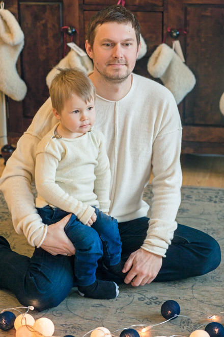 Tėtis su berniuku fotografuojasi tolumoje matosi kalėdinės kojinės