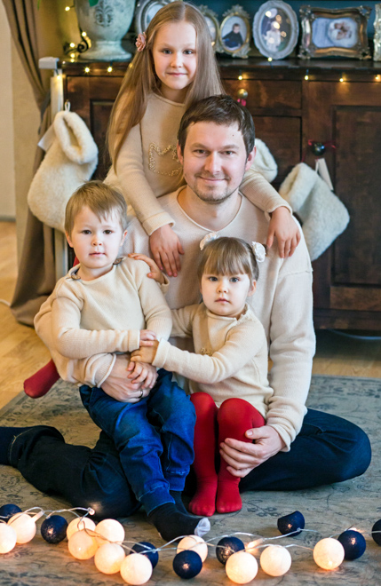 Kalėdinė šeimos fotosesija - tėtis su vaikais fotografuojasi