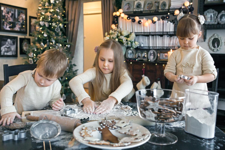 Vaikai daro Kalėdinių sausainių formeles