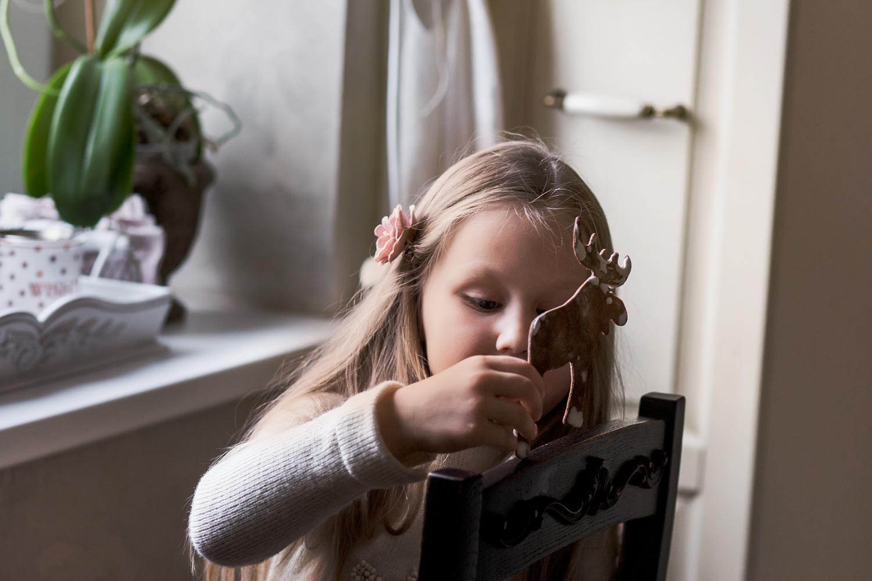 Mergaitė žaidžia su imbieriniu briedžiu