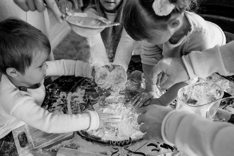 Vaikai žaidžia su Kalėdinių sausainių miltais