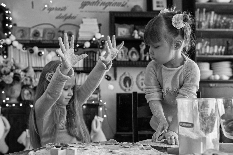 Vaikai barsto Kalėdinių sausainių miltus