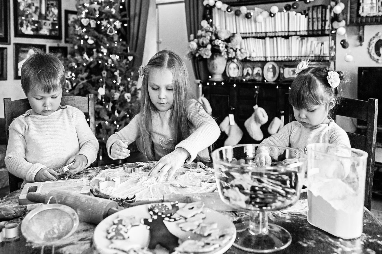 Vaikai gamina Kalėdinių meduolių formeles