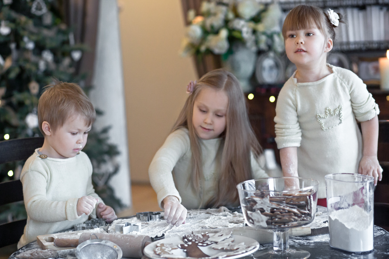 Kalėdinė šeimos fotosesija - vaikai puošia savo meduolius