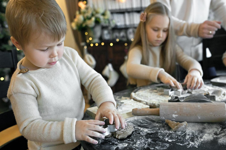 Berniukas spaudžia Kalėdinio sausainio formelę