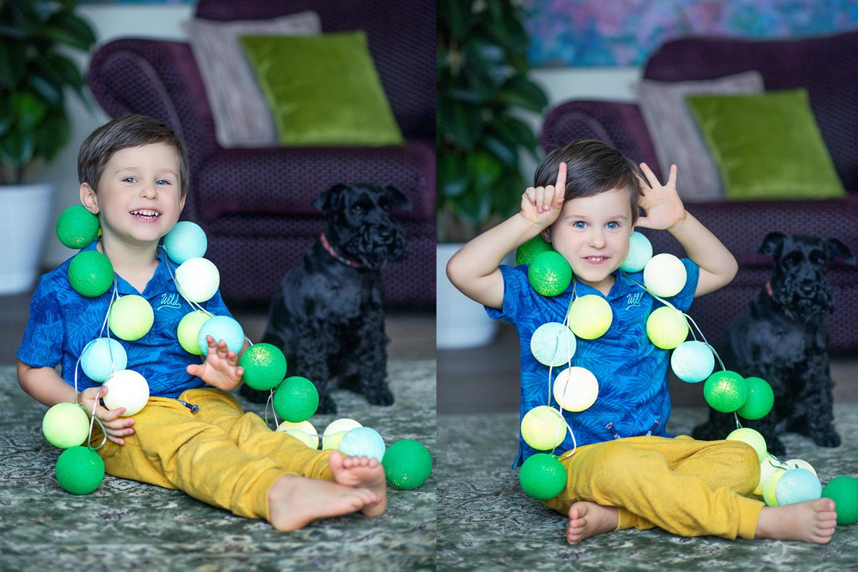 Berniukas fotografuojasi Kalėdinėje fotosesijoje su šuniuku