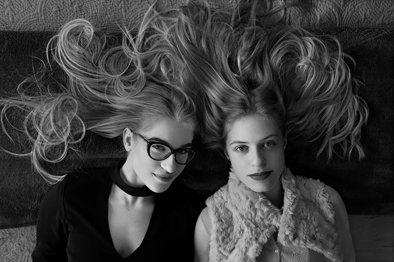 merginos paleistais plaukais guli ant lovos