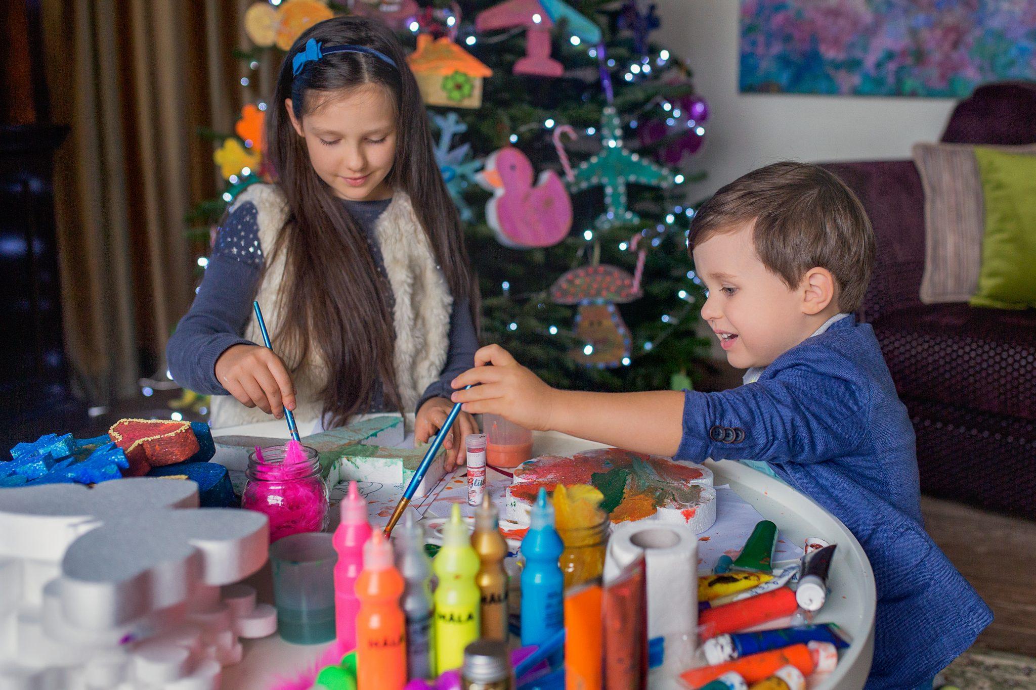 Vaikai gamina Kalėdinius žaisliukus ant eglutės