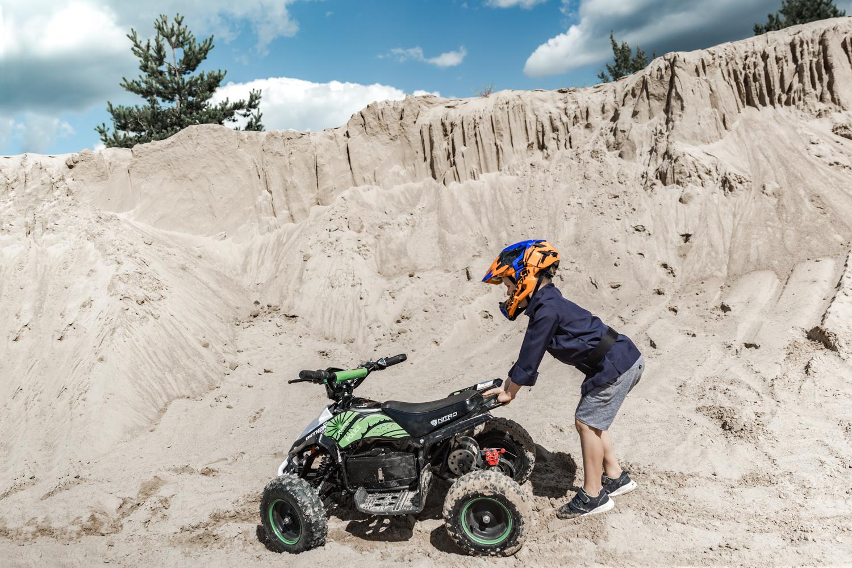 Smėlio karjere vaikas įklimpęs su Python keturračiu